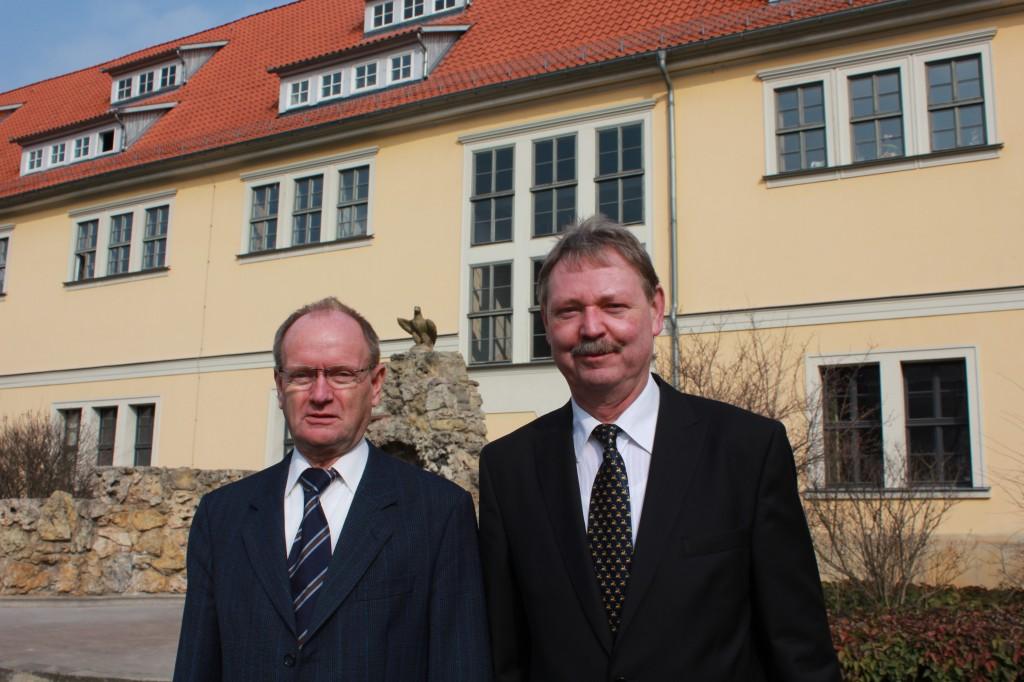 Dr. Lutz-Rainer Senglaub und Dr. Benno Kaufhold vor dem Landratsamt in Arnstadt